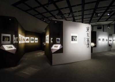 パリで大盛況だった展覧会のエッセンスを凝縮! 荒木経惟の『東京墓情』展が開催中。
