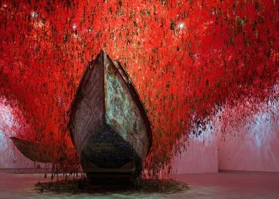 """圧倒的な""""赤""""の世界が横浜に出現、塩田千春『鍵のかかった部屋』へ。"""
