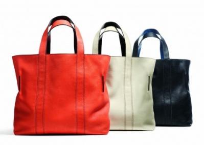 コーチの新作バッグがお目見え。キーワードは、リバーシブル&ストライプです。