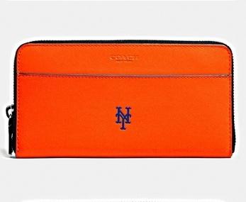 コーチとメジャーリーグの直球コラボ!  「COACH × MLBレザーグッズ カプセルコレクション」が発売中。