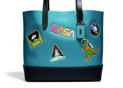 「宇宙」にインスパイアされたコーチのカプセルコレクションは、レトロなグラフィックに注目!