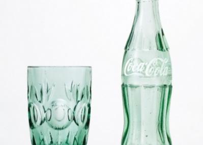 100%リサイクル、「コカ・コーラ」色をした涼しげなグラス