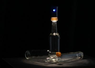 空き瓶は輝き、美しく鳴り響く――。 秋の夜長に、「Cork Light」を灯して思索にふけろう。
