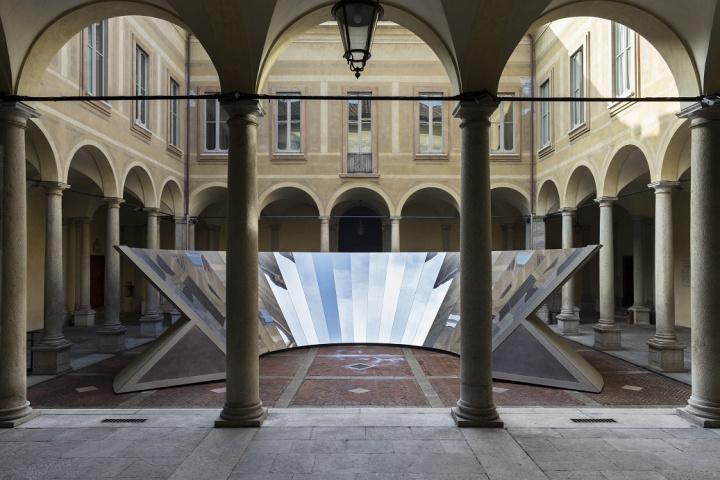 COSがミラノで披露した、空と建築の美をシェアするインスタレーションの動画が公開中。
