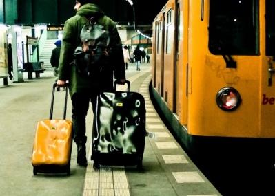 取り扱いに注意は不要! 新品でもボコボコなスーツケースが発売されました!