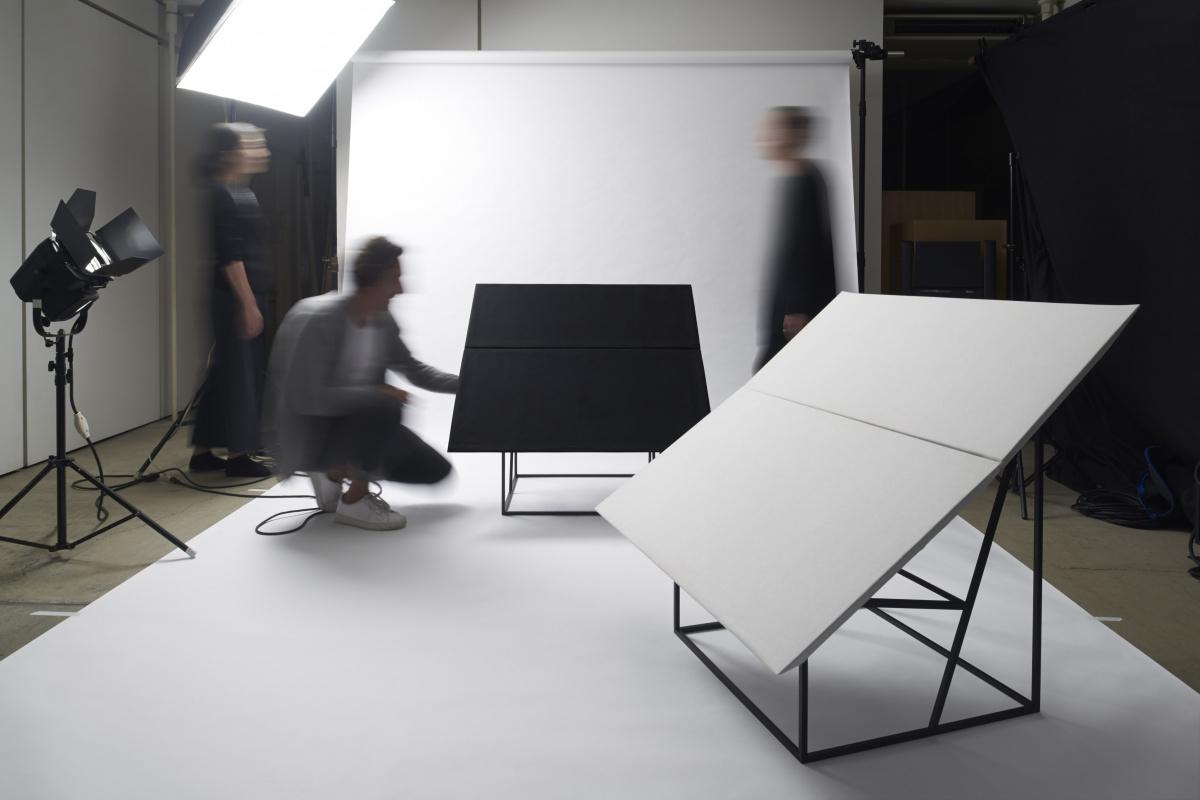 モンクレールやMIYAKE DESIGN STUDIOとコラボした椅子とは? デザインオフィス「キュリオシティ」設立20周年の展示をお見逃しなく。