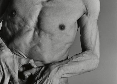迫真の写真に息をのむ。写真家・操上和美がダンサー・首藤康之の進化する肉体を撮った「DEDICATED」が開催。