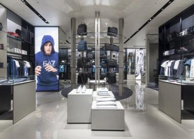 話題の東急プラザ銀座に足を運ぶなら、最新デザインが満載の「エンポリオ アルマーニ銀座店」へ。