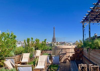 スタルクが手がけたウォーム感あるパリのホテルは、ルーフトップも抜群。