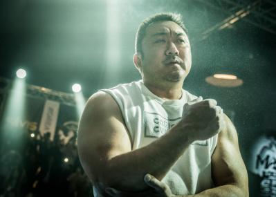 男が惚れるめっぽう強い韓流スター、マ・ドンソクがアームレスリングの頂点を目指す『ファイティン!』