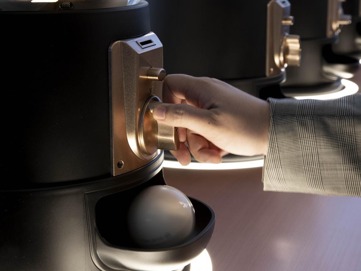 ガチャガチャを回してコーヒーを淹れる! 佐藤オオキが手がけた六本木ヒルズの新カフェは、アイデアと遊び心が詰まっている。