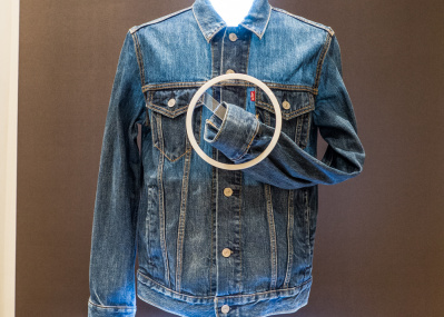 グーグルとリーバイス®が共同開発した、触ってスマホを操作する服が未来の生活をつくるか。