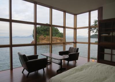 アーティスト・西野達の新作は、熊本の海の上につくられた期間限定のリゾートホテルです。