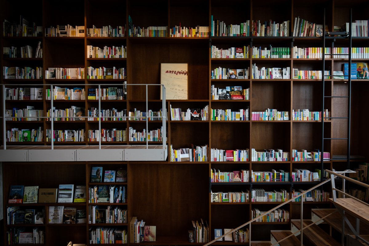 本に囲まれて過ごせるホテル「箱根本箱」は、誰にも邪魔されずに読書に耽りたいブックラバーの天国です。