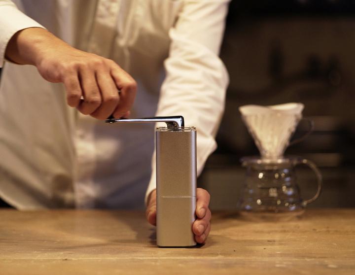 自分の手で豆を手挽き、豊かなコーヒータイムを! 食卓をクールに彩るモダンなアルミ製ミルの登場です。