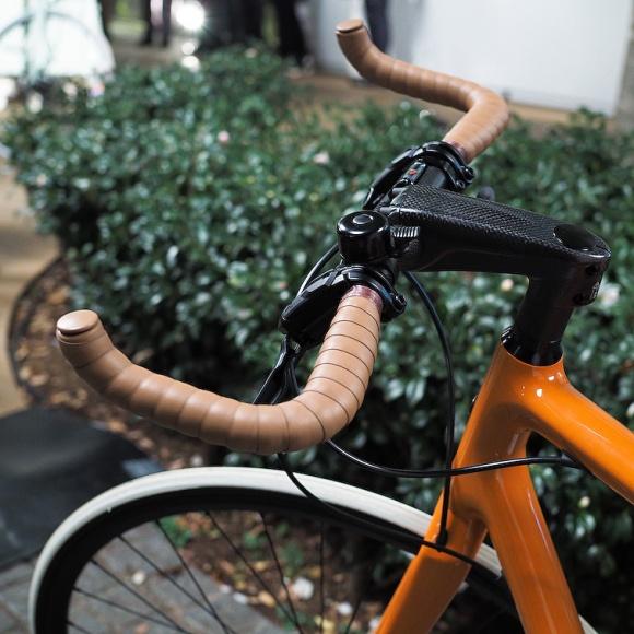 「エルメス」の自転車は、軽量カーボンフレームに革巻きのデイリーユース