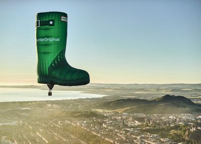 空に浮かぶ巨大ブーツがやってくる! 仕掛けるのは、イギリスの老舗ブランド「ハンター」