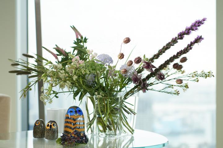 フィンランドの自然を映し出した花器「アアルト ベース」を生み出した、ライフスタイルブランド「イッタラ」の魅力とは?