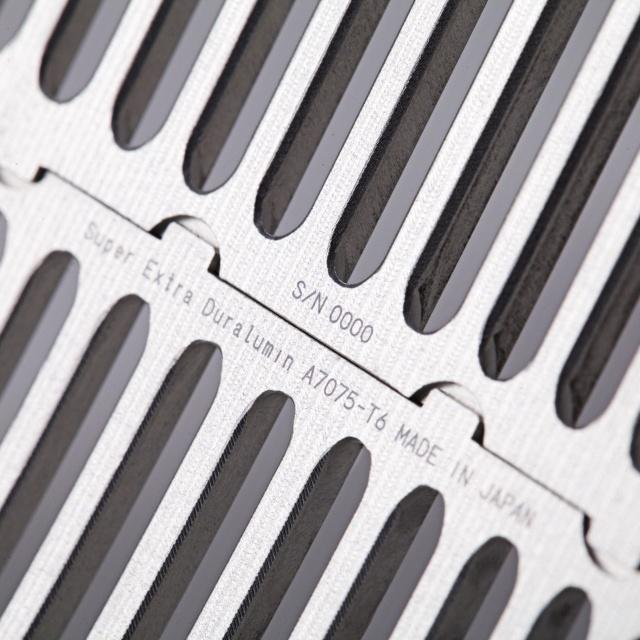 """iPhone6sを """"工芸品"""" に格上げする、15万円のジェラルミン削り出しケース「SQUAIR The Slit」登場。"""