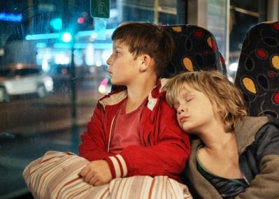 「ママに会いたい」の一心で街を彷徨う幼き兄弟の姿を描く、『ぼくらの家路』。