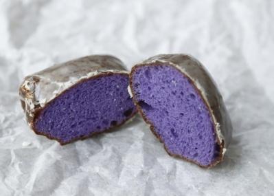 毎日約2時間で売り切れる、紫のマラサダを食べに「KAKA'AKO DINING&BAR」へ。