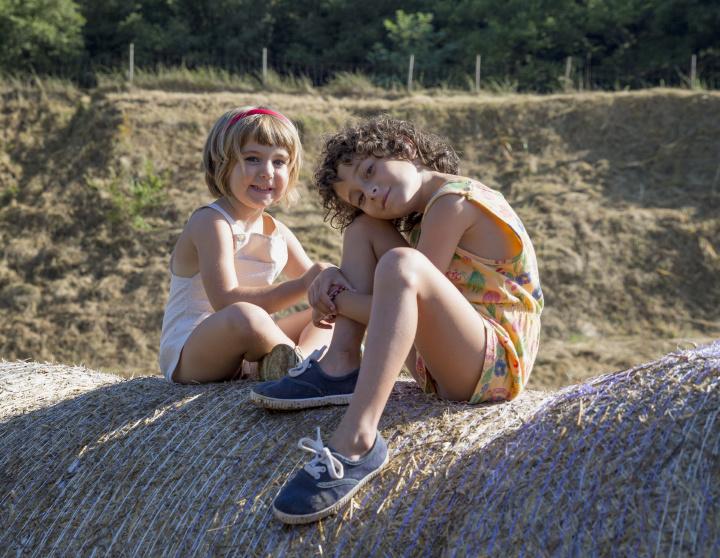 スペインの新鋭女性監督が描き出す、子ども時代の夏のスケッチ『悲しみに、こんにちは』
