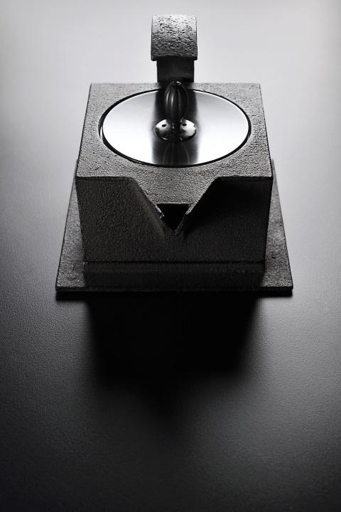 鉄とガラスがもつ大地の響きに耳を澄ませて器をデザインするアーティスト、黒川雅之の展覧会にご注目を。