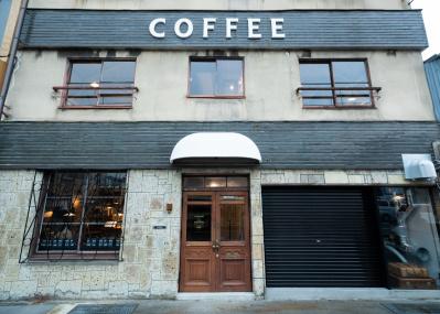 京都の人気コーヒー店がオープンした焙煎所兼ギャラリー「ロースタリー ドーター /ギャラリー サン」で、美しい時間を過ごしましょう。