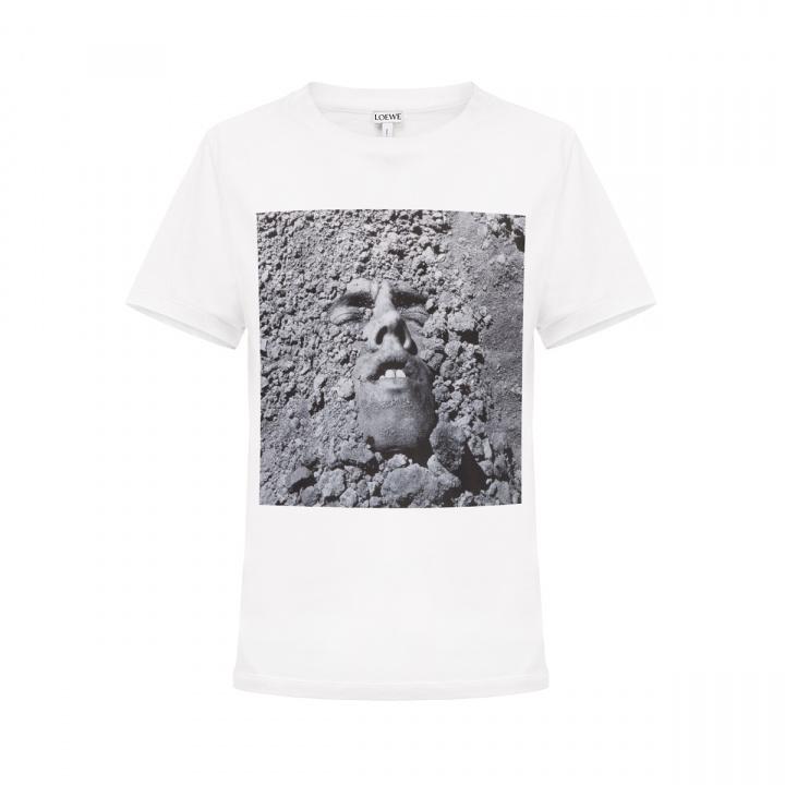 エイズと戦いながら80年代のアートシーンを走り抜けたデイヴィッド・ヴォイナロビッチの作品が、「ロエベ」のTシャツに蘇ります。