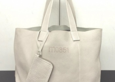 シンプル&モダンが人気の「m0851」から、日本旗艦店オープン3周年を記念した限定バッグが登場。
