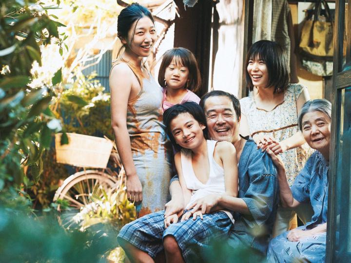 カンヌ最高賞に輝いた『万引き家族』。社会の底辺で生きる家族の絆を、あなたはどう見ますか。