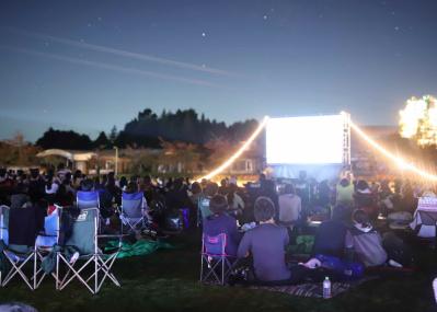 星空の下で、僕らは思い出を共有する――。野外映画フェス「夜空と交差する森の映画祭2019」で、映画の新しい魅力を体感しよう。