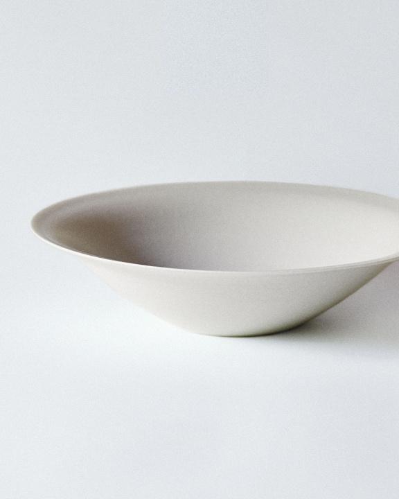 黒と白のうつわに込めた自由と挑戦、陶芸家・吉田直嗣の感性を見よ。