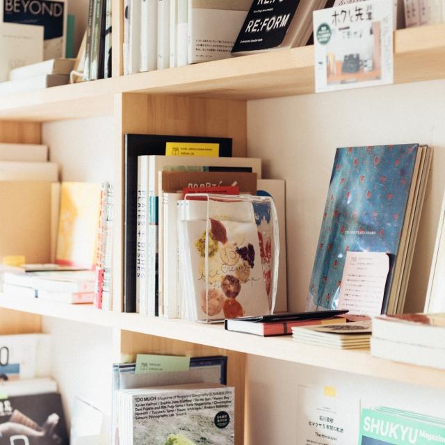 本棚と窓辺を遊ぶ、アートなオブジェを見つけよう。