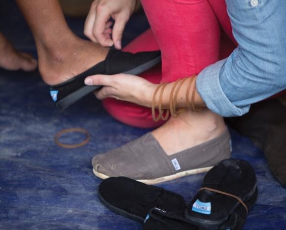 """""""靴の大切さ""""を体感する TOMS の「One Day Without Shoes」は、明後日(5/21)開催です!"""