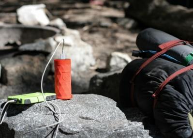 男子たるもの夏山でもスマートに! 快適アウトドア派の必需品、万能バッテリーが登場です。
