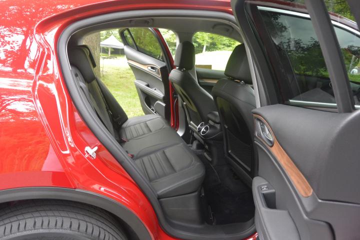 アルファロメオ初のSUV「ステルヴィオ」は、走りと機能をいいとこ取りした現代のステーションワゴンでした。