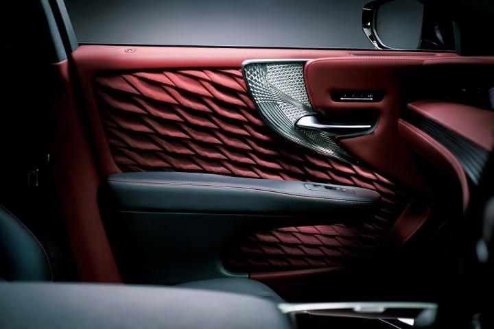 これからニッポンを席巻する、最高級レクサスの後部座席の乗り心地とは。