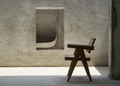 インドの職人たちによって復刻された、ピエール・ジャンヌレの家具。アートと共鳴する瞬間を六本木で目撃せよ。
