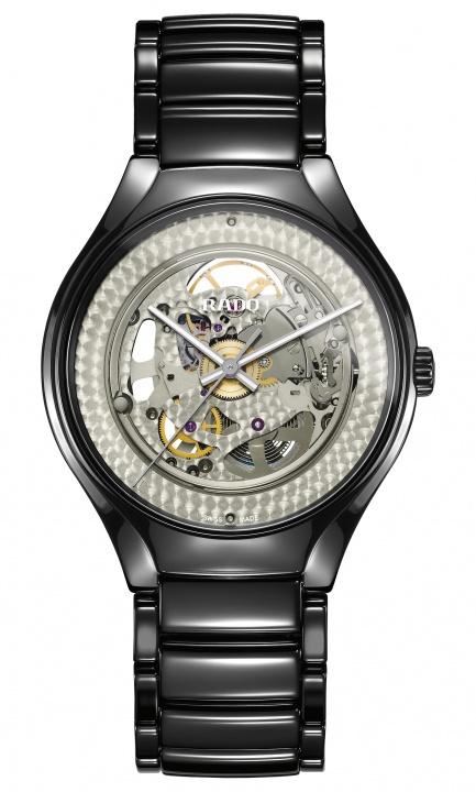 日が沈むとムーブメントが浮かび上がる! アンリアレイジの森永邦彦とコラボした「ラドー」の腕時計が斬新。