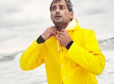 デンマーク発のレインウエアブランド「レインズ」のポップアップストアで、梅雨を楽しむ。