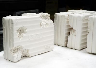 ダニエル・アーシャムの彫刻と「リモワ」のケースがセットで23万9,760円! このコラボにはコレクター魂がざわつきます。