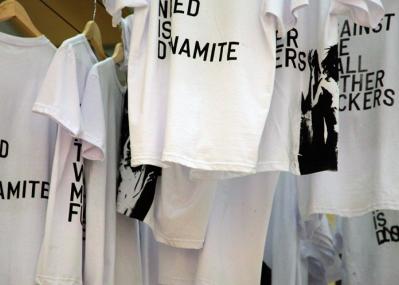 そのTシャツに‶メッセージ″はありますか? アーティスト、リクリット・ティラヴァーニャのライブプリントに注目せよ。