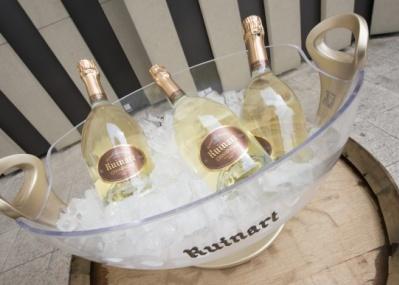 表参道の太陽の下で、シャンパーニュ「ルイナール ブラン・ド・ブラン」を飲もう!