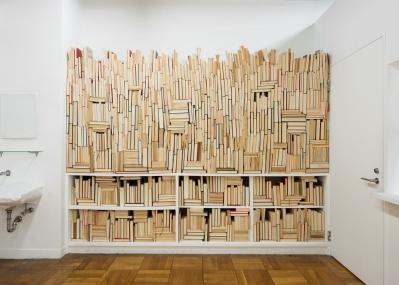 圧巻の本の彫刻! 飯田竜太の個展、『本棚のアーケオプテリス』は8月30日から。