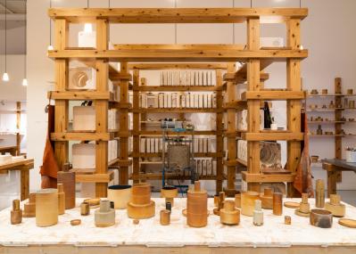 ターナー賞を受賞した建築家集団アッセンブルが、陶芸ワークショップ展を開催。