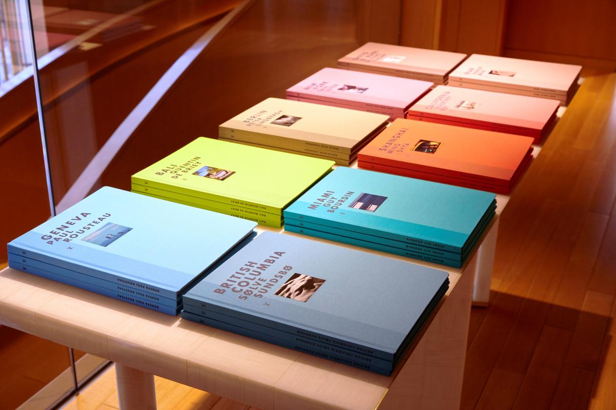 篠山紀信×ルイ・ヴィトンのフォトアルバム刊行を記念した特別なディスプレイは、果てなき旅路へと心を誘います。