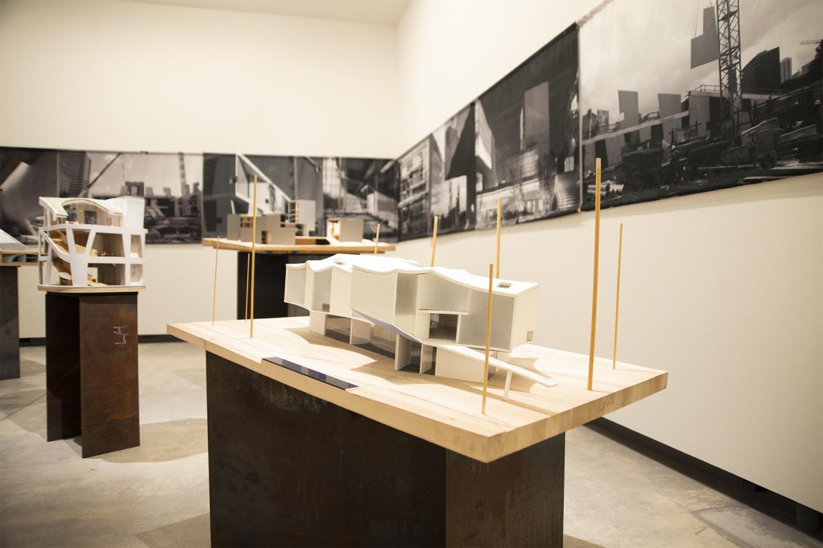 繊細な水彩画と模型で建築のプロセスを追いかけ、建築家スティーブン・ホールの世界を覗き見よう。