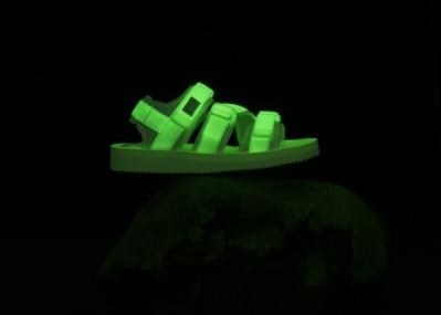 夏の夜の視線はこれに釘付け! 暗闇で光る「スイコック」の10周年記念サンダル