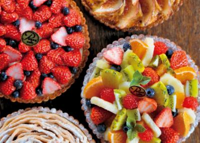 視覚のマジック!  ミニチュアのケーキやジャムが煌めく展覧会で、甘い魅力に癒やされよう。